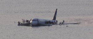 Avion qui flotte sur l'eau