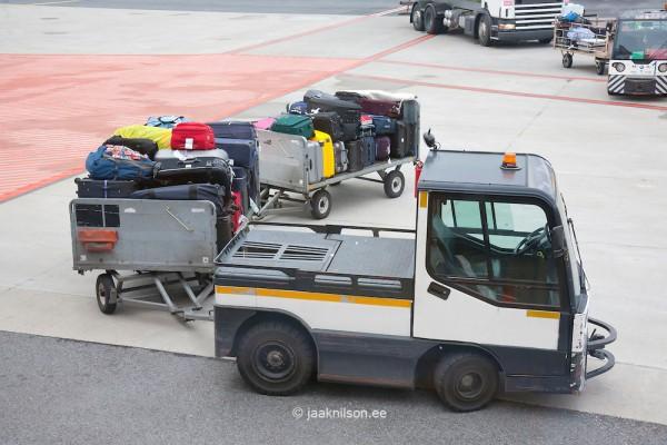 Tracteur à bagages d'un aéroport