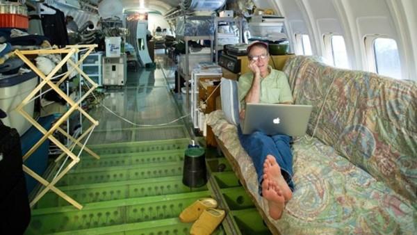 intérieur d'un avion transformé en maison