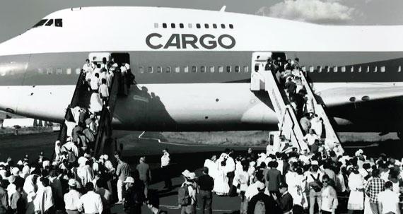 Passagers qui embarquent dans un Boeing 747