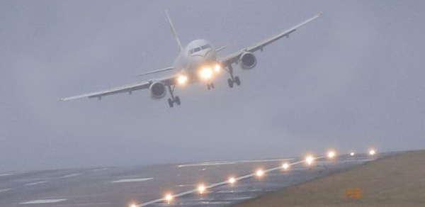 Avion atterrit avec du vent