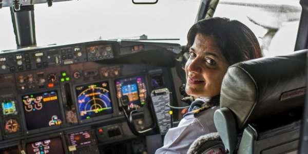 Femme pilote aux commandes