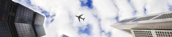 Avion qui survole une ville