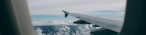 Vue sur l'aile d'un avion en vol
