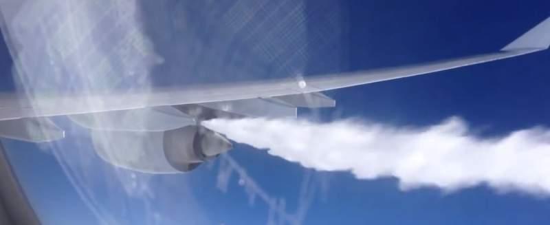 Avion qui relâche du carburant en vol