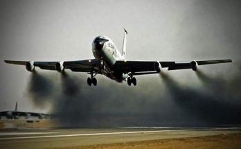 Avion qui dégage de la fumée