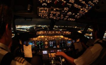 Cockpit d'un avion de nuit