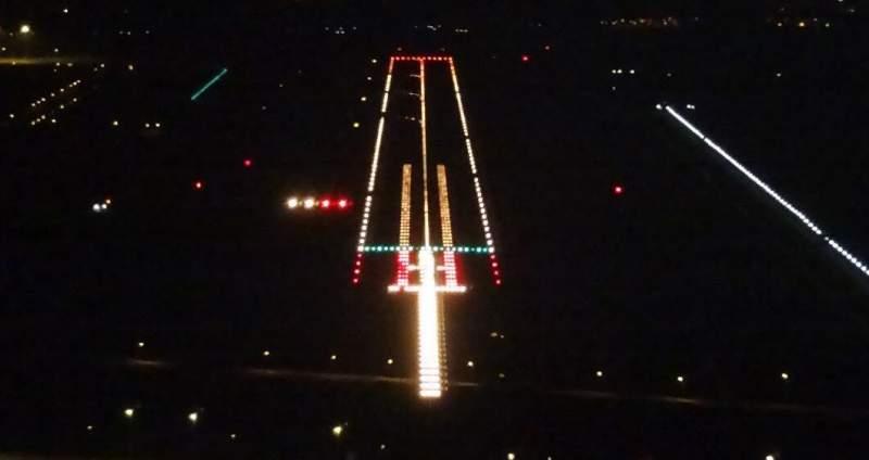 piste d'atterrissage éclairée de nuit