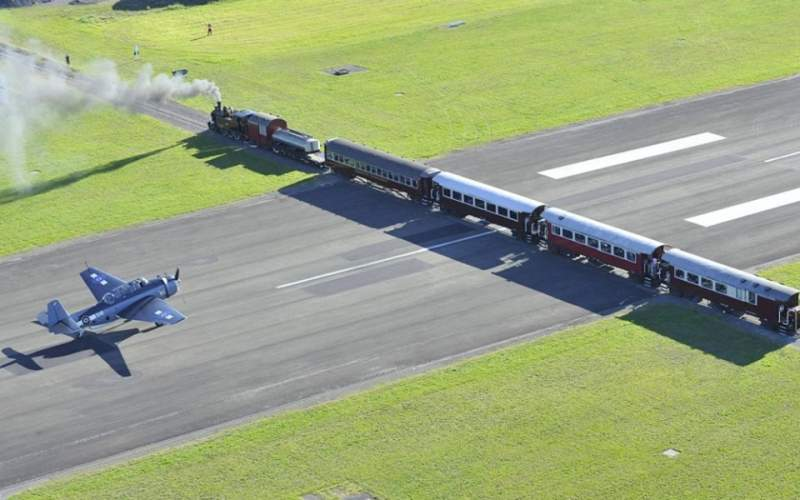 Train qui traverse un aéroport