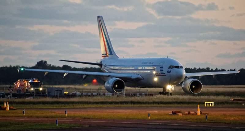Airbus A310 escorté par les pompiers de l'aéroport