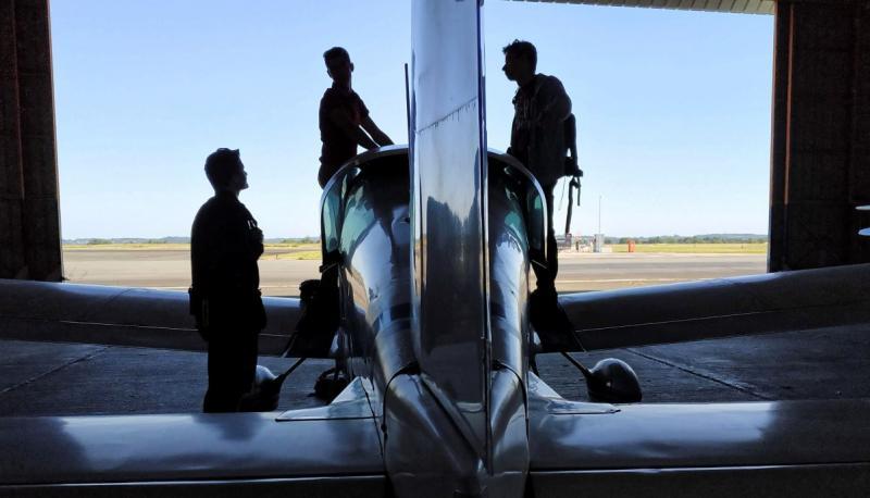 Personnes autour d'un avion